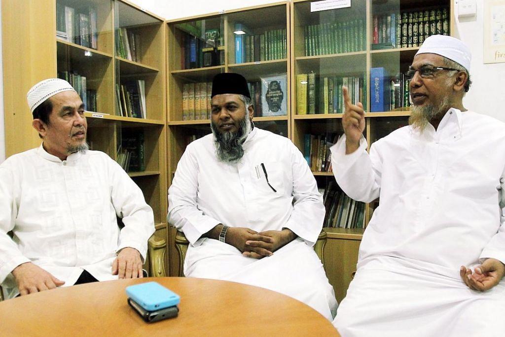 PATUH PADA UNDANG-UNDANG: Jamaat Tabligh di Singapura patuh pada undang-undang negara dan menyokong tindakan jarak selamat yag dikenakan pemerintah, kata pengarah pertubuhan itu Hassan Hussain (kiri). Bersama beliau dalam gambar ini ialah dua anggota Jamaat Tabligh Singapura (dari kanan) Encik Abdul Hamid Mohammad Nor dan Encik Mohamed Rafeeq Mohamed Yusoof. - Fail BH.