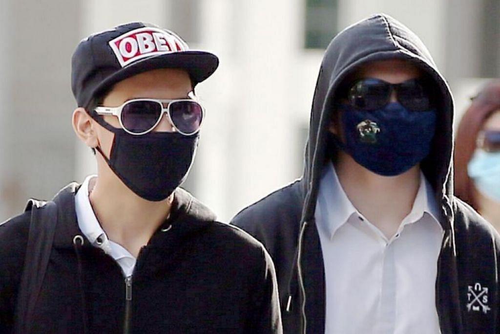 DIHADAPKAN KE MAHKAMAH: Nigel Pang Yew Ming (kanan) dan Quek Xuan Zhi masing-masing berusia 17 tahun, menghadapi satu tuduhan menggangu ketenteraman awam dan setiap mereka ditawarkan ikat jamin $3,000 sebelum kembali semula ke mahkamah pada 8 Mei ini.