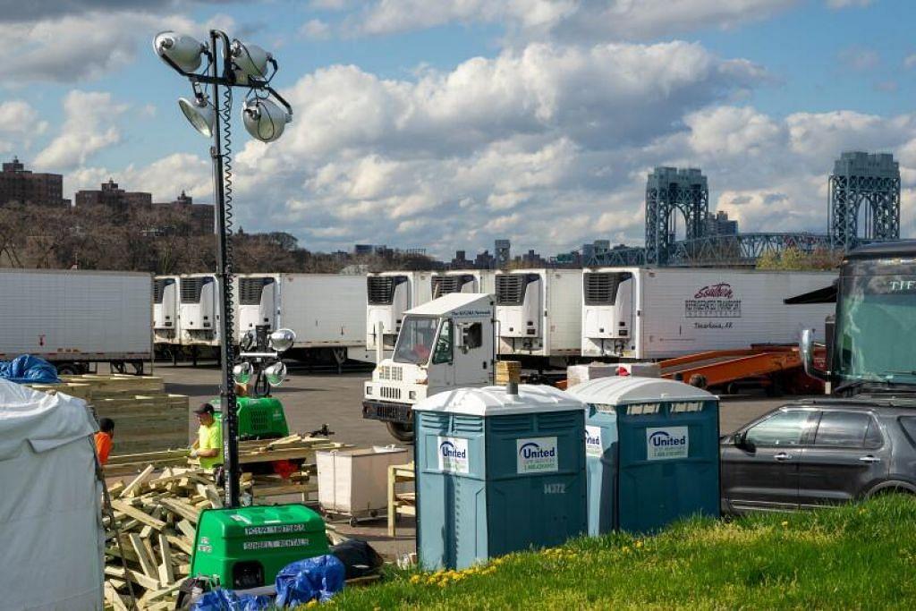 PERSIAPAN MENERIMA KORBAN: Pulau Randall punya 50 trak peti sejuk dan sekumpulan penukang membuat rak-rak untuk dimuatkan di dalam trak sebagai persiapan menerima mayat-mayat pesakit yang semakin meningkat di New York City.