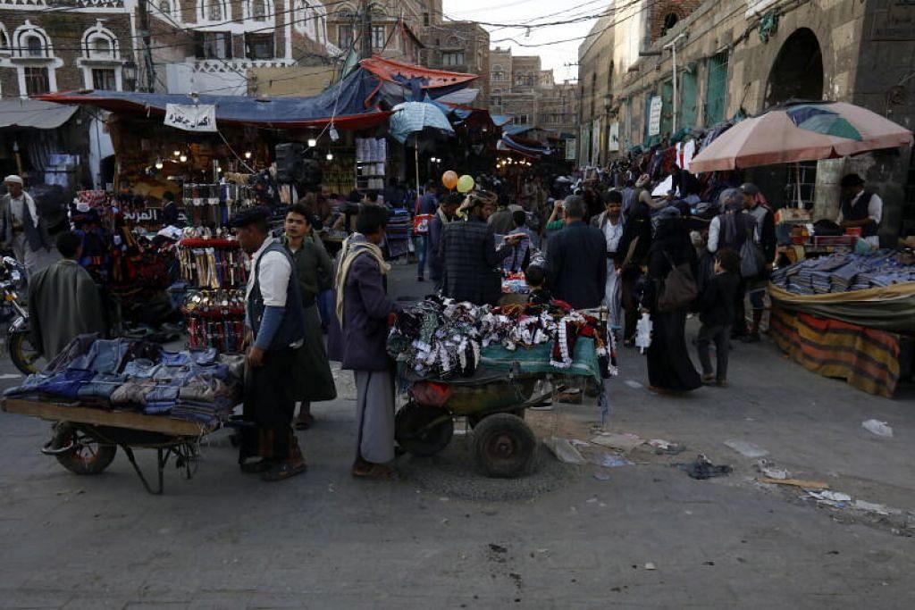 LANGKAH DAMAI: Gencatan senjata sehala yang diumumkan Arab Saudi dan berkuatkuasa 5 petang hari ini dilaksanakan bagi mengekang penularan Covid-19 di Yemen. Kelihatan penduduk membeli barangan di sebuah pasar di Kota Lama di Sanaa semalam.