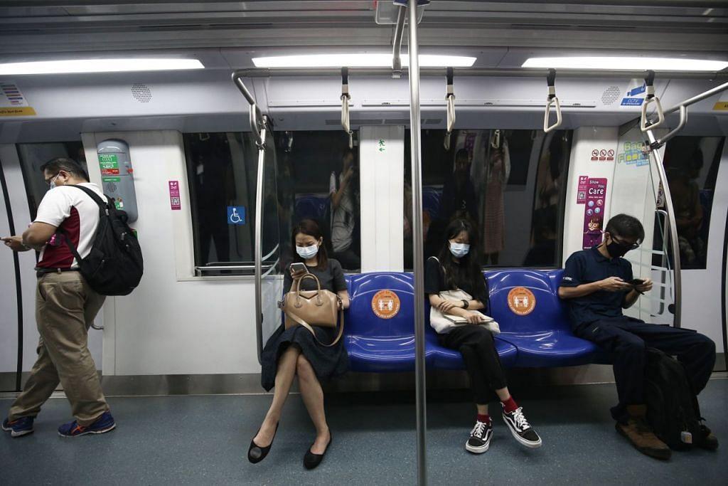 JARAK SELAMAT: Tempat duduk di kereta api ditandai pelekat agar pengguna menjarakkan diri demi melindungi kesihatan mereka. – Foto ZAOBAO