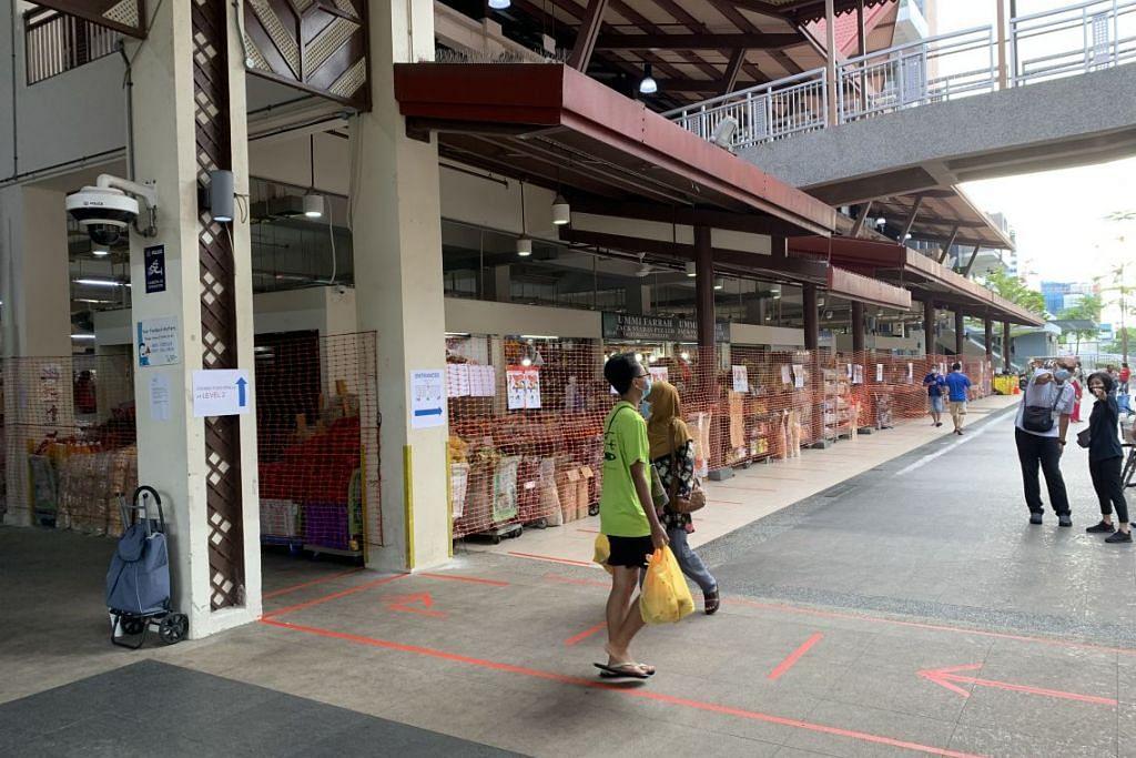 LEBIH PEKA: Keadaan lengang di dalam Pasar Geylang Serai pagi ini berbanding semalam yang menyaksikan orang ramai beratur panjang untuk memasuki pasar.