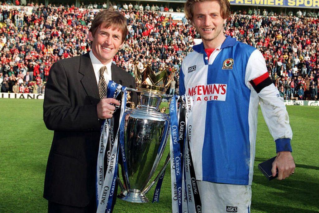 DIUJI POSITIF COVID-19: Bintang kesayangan Liverpool, Kenny Dalglish (kiri), semasa menjadi pengurus kelab Blackburn Rovers, bergambar bersama kapten pasukannya, Tim Sherwood, setelah berjaya menjuarai Liga Perdana England bagi musim 1994/1995.