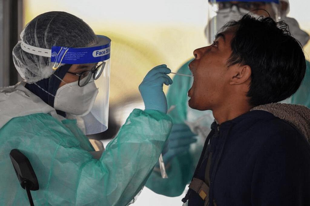 SALING MEMBANTU: Amerika Syarikat memberi komitmen akan terus membantu Asean dalam menangani Covid-19 dan turut mengucapkan terima kasih kepada negara Asean atas bantuan yang dihulurkan kepada Amerika, termasuk usaha Malaysia menghantar lebih 1.3 juta kilogram sarung tangan bagi pekerja jagaan kesihatan Amerika. Gambar atas menunjukkan pekerja jagaan kesihatan di Malaysia melakukan ujian swab di Gombak di luar Kuala Lumpur semalam.