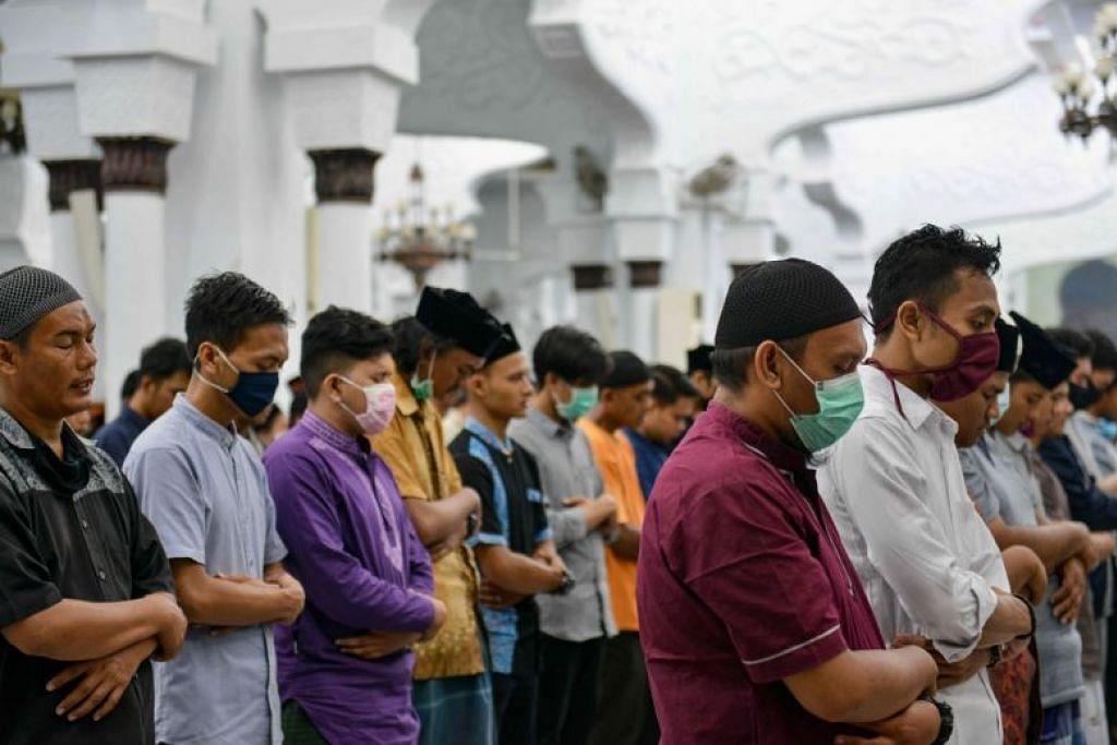 TAK ENDAH PERINTAH: Sebahagian anggota masyarakat Islam di Aceh mengenepikan arahan pemerintah untuk beribadah di rumah dan tetap bersembahyang di Masjid Raya Baiturrahman di Banda Aceh, di wilayah autonomi itu, sebagai meraikan ketibaan Ramadan, semalam.