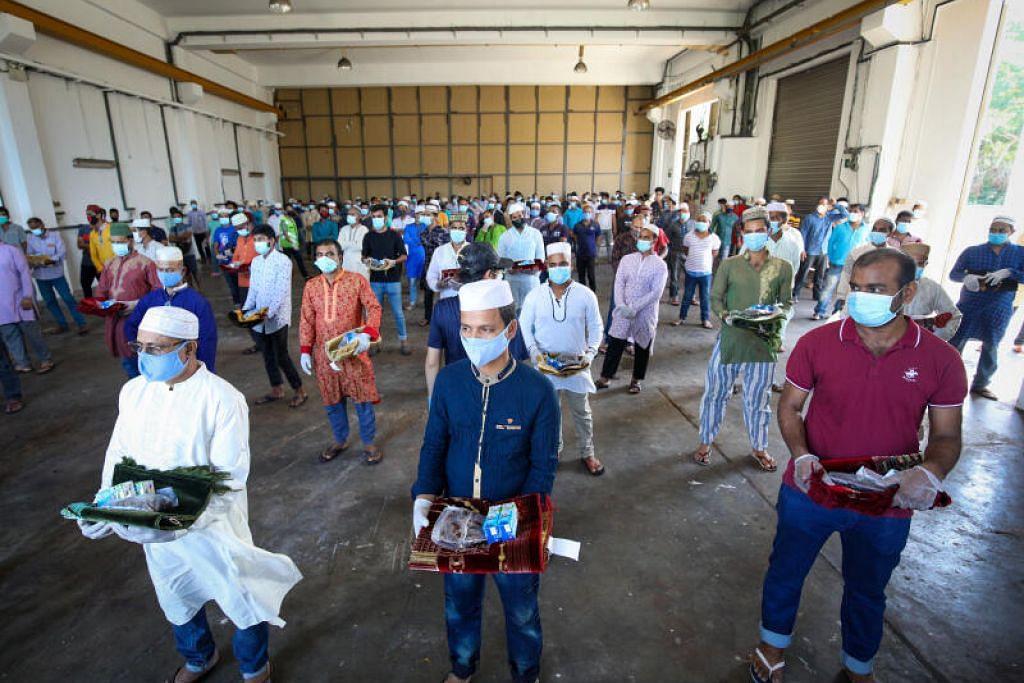 PEK RAMADAN: Pekerja asing beragama Islam yang menetap di faktori yang ditukar menjadi dormitori, Pusat Perindustrian Chinsim, menerima pek Ramadan seperti sejadah, kurma dan susu awal pagi tadi.