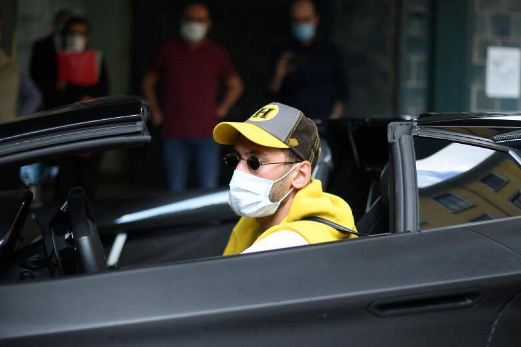 JAGA KESIHATAN: Pemain AC Milan tiba di Hospital Clinica La Madonnina pada 6 Mei lalu bagi ujian kesihatan di Milan, Italy.