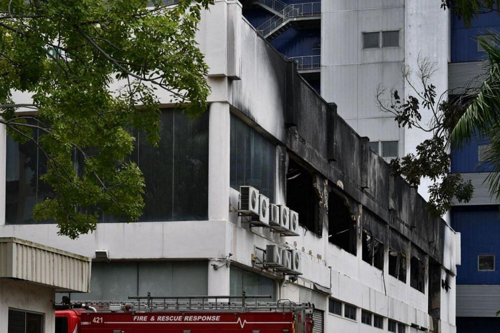 KEBAKARAN GUDANG: Pasukan pertahanan awam disertai seramai 70 anggota bomba berkejar ke tempat kejadian setelah mendapat laporan tentang kebakaran berlaku pada 6.20 pagi.