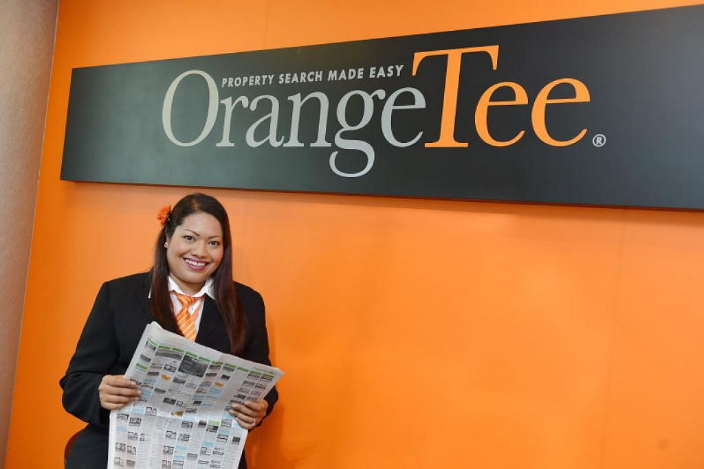 BUAT PENYESUAIAN: Ejen hartanah mereka, Cik Susan Mariam dari OrangeTee & Tie, bantu pembeli buat penilaian pembelian flat secara kunjungan maya.