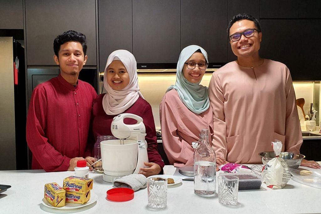 BEZA TAPI TAK KURANG ISTIMEWA: Pasangan Encik Muhammad Khairi Sadali (berbaju Melayu merah) dan isteri, Cik Nur Zahirah Zaludin (berbaju kurung merah), bakal menyambut Hari Raya pertama mereka di flat sendiri tahun ini. Mereka sudah mula membuat persiapan meskipun sambutan Raya kali ini berbeza akibat Covid-19. Tinggal serumah bersama mereka ialah kakak Encik Khairi, Cik Nabilah Sadali, dan suami, Encik Mohamed Shafiee Jamin. – Foto ihsan NUR ZAHIRAH ZALUDIN