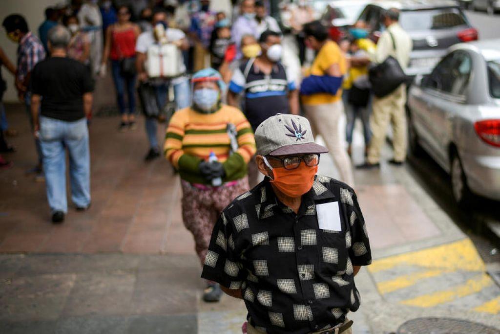 PENULARAN REDA: Orang ramai dilihat mengambil peluang berjalan-jalan di bandar apabila perniagaan mula dibuka semula semalam, selepas angka korban akibat penyakit koronavirus mula merosot di Guayaquil, Ecuador.