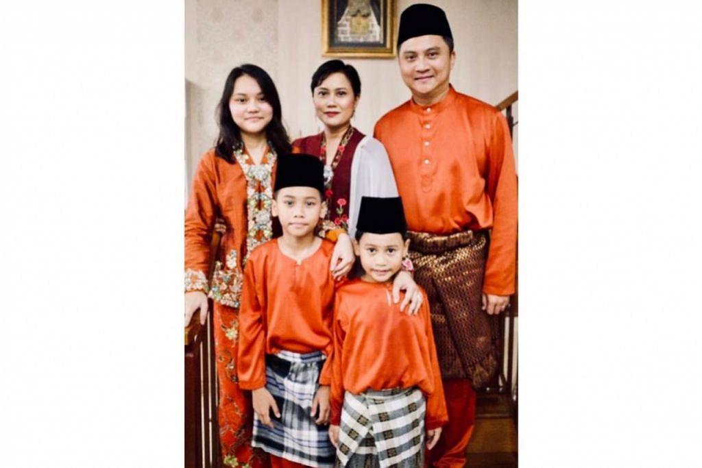 LAUK RAYA TETAP ADA: Encik Saktiandi Supaat (kanan sekali) berkata isterinya akan menyediakan lauk Raya tradisional mereka untuk dinikmati sekeluarga dan dikongsi bersama orang tua. Gambar diambil tahun lalu. - Foto ihsan SAKTIANDI SUPAAT