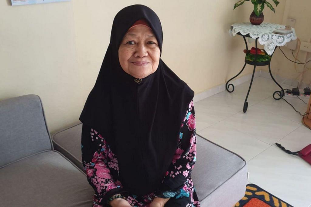 RAYA BERBEZA: Cik Nawiyah Adrahee yang tinggal berasingan daripada anak-anaknya hanya mampu membuat panggilan telefon bersama anak-anaknya pada hari pertama Syawal dan sedih tidak dapat berkumpul beramai-ramai seperti tahun-tahun sudah. – Foto ROWENA HANAFIAH