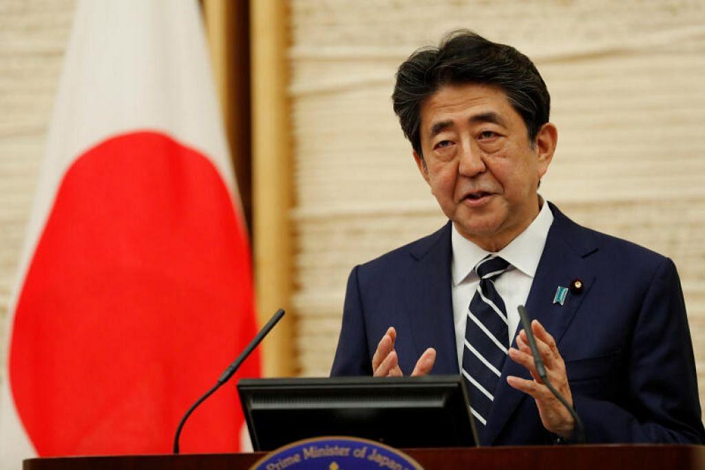 TAMATKAN PERINTAH DARURAT: Perdana Menteri Jepun, Encik Shinzo Abe, bercakap di sidang akhbar berkenaan respons negara itu dalam menangani penyakit koronavirus, di Tokyo, hari ini.