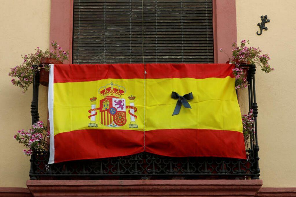 TRAGEDI SEDUNIA:  Seutas tali mengikat bendera Sepanyol yang dihiasi riben berwarna hitam yang digantung di balkoni sebuah rumah selepas kerajaan Sepanyol mengisytiharkan secara rasmi hari perkabungan 10 hari bagi memperingati mangsa koronavirus, di Ronda, Sepanyol, semalam.