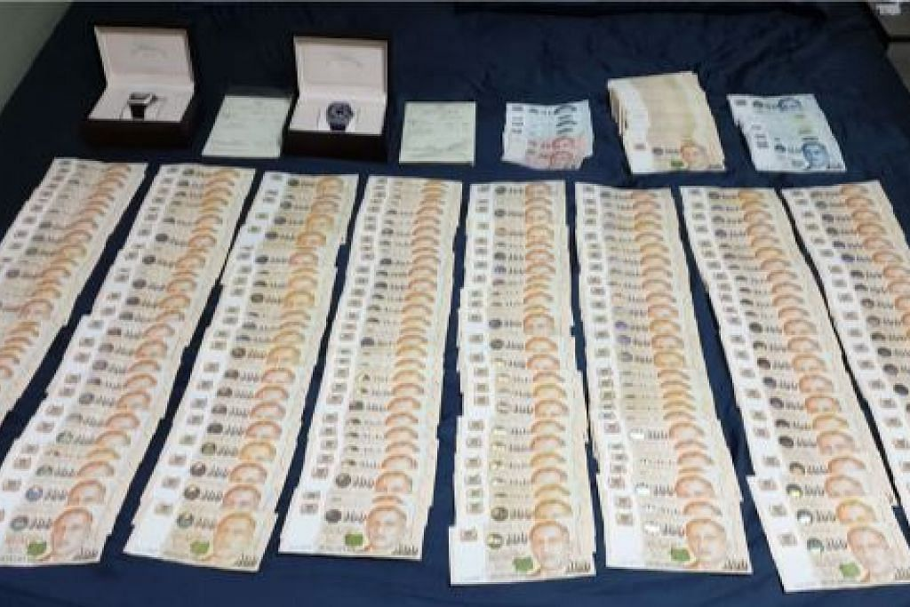 HASIL RAMPASAN: Polis menemui sejumlah wang di kediaman lelaki yang disyaki terlibat dalam kes penipuan dan pengubahan wang haram.