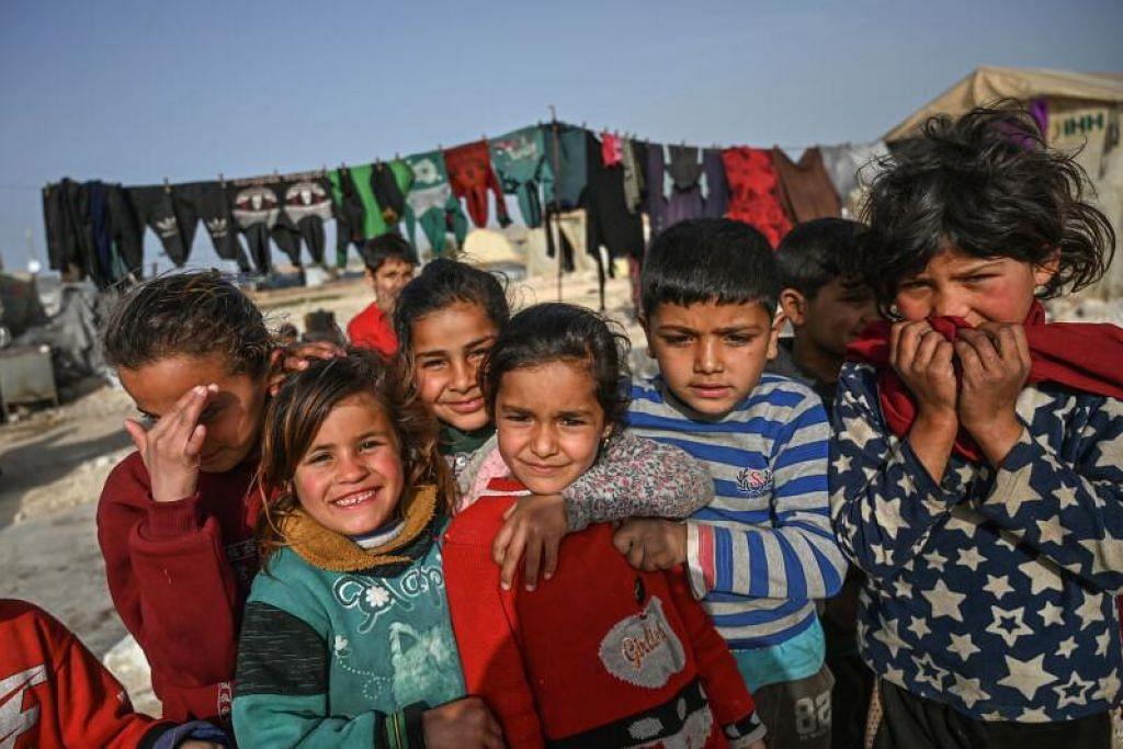 ANCAMAN KEMISKINAN KE ATAS KANAK-KANAK: Kanak-kanak pelarian Syria berkumpul semasa gambar mereka dirakamkan di kem yang dibangunkan oleh Yayasan Bantuan Kemanusiaan Turkey (IHH) di kampung Kafr Lusin di sempadan Turkey, di wilayah barat laut Idlib, Syria, pada 10 Mac lalu.