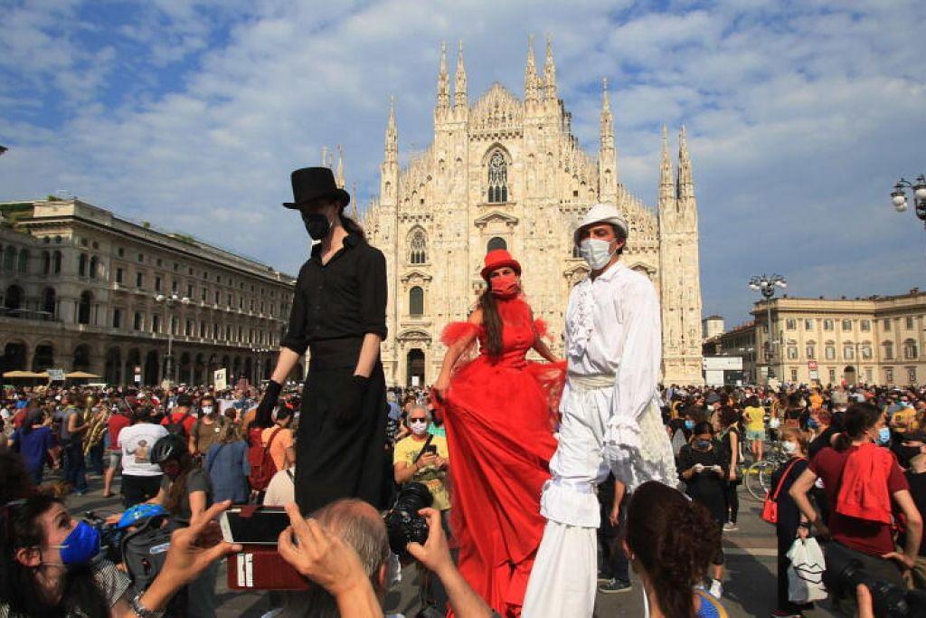 LONGGAR SEKATAN PERGERAKAN: Pekerja dari sektor kesenian, kebudayaan dan hiburan mengambil bahagian dalam satu persembahan dan pertunjukan spontan di Milan, Italy, pada 30 Mei lalu, semasa fasa ke-2 pelonggaran sekatan pergerakan di negara itu.