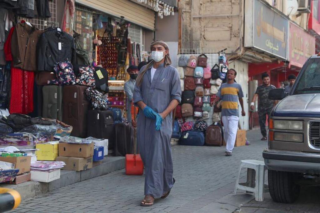 PELONGGARAN PERINTAH SEKATAN: Seorang lelaki dilihat merentasi beberapa kedai di kota suci Makkah semalam (31 Mei) selepas Arab Saudi melonggarkan perintah sekatan pergerakan ke atas rakyatnya, yang dilaksanakan bagi mengekang penularan koronavirus.