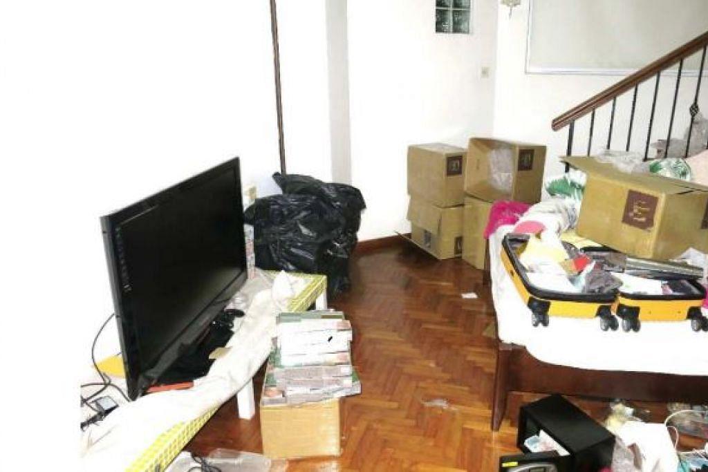 SERBUAN DI DALAM RUMAH: Rokok yang tidak dibayar cukai ditemui dalam sebuah rumah di Jalan Sayang.