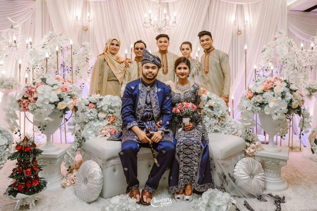 KENANGAN MANIS: Farhan (berdiri di belakang, paling kanan) sentiasa mengenangkan detik manis bersama seisi keluarganya. Foto ini dirakam beberapa tahun lalu di Singapura ketika adiknya, Maisyarah diijabkabulkan dengan seorang jejaka Melayu yang juga menetap di Perth. Bersama Farhan adalah (dari kiri) ibunya Cik Hajrah Gurrahman, bapanya Encik Abdul Jamal, adiknya Isryan Shah dan bakal tunang adiknya Lacey Bishop.