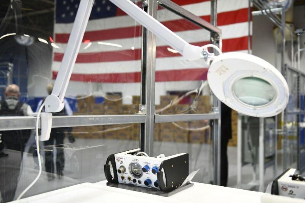 KEPERLUAN UTAMA: Sebuah ventilator pNeuton dipamerkan semasa Presiden AS, Encik Donald Trump, melawat Loji Ford Rawsonville, yang telah diubah bagi menghasilkan peralatan perlindungan diri dan perubatan, di Ypsilanti, Michigan pada 21 Mei lalu.