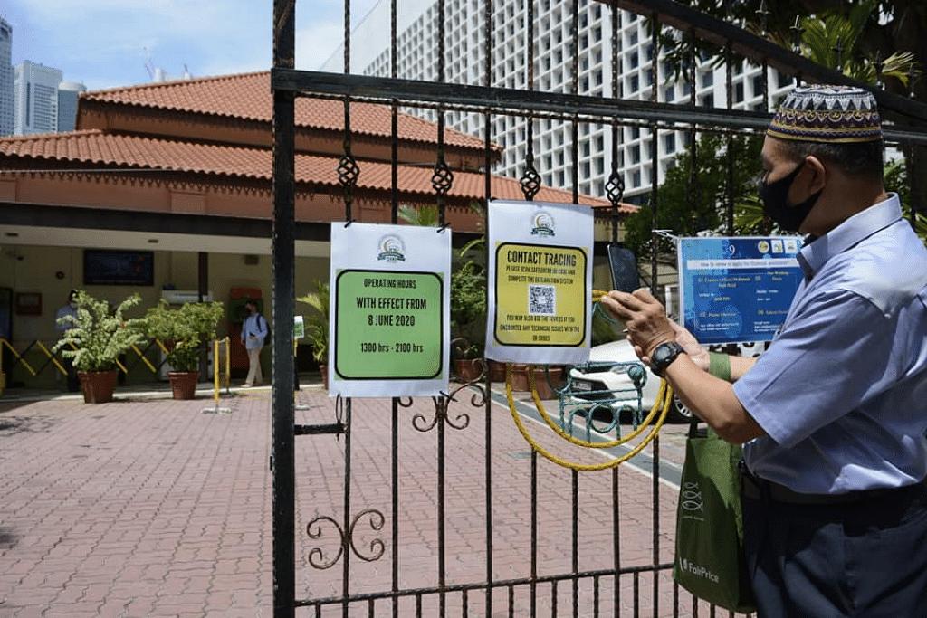 Jemaah mengimbas kod QR bagi penjejakan kontak sebelum masuk ke Masjid Omar Kampong Melaka. - Foto MUIS