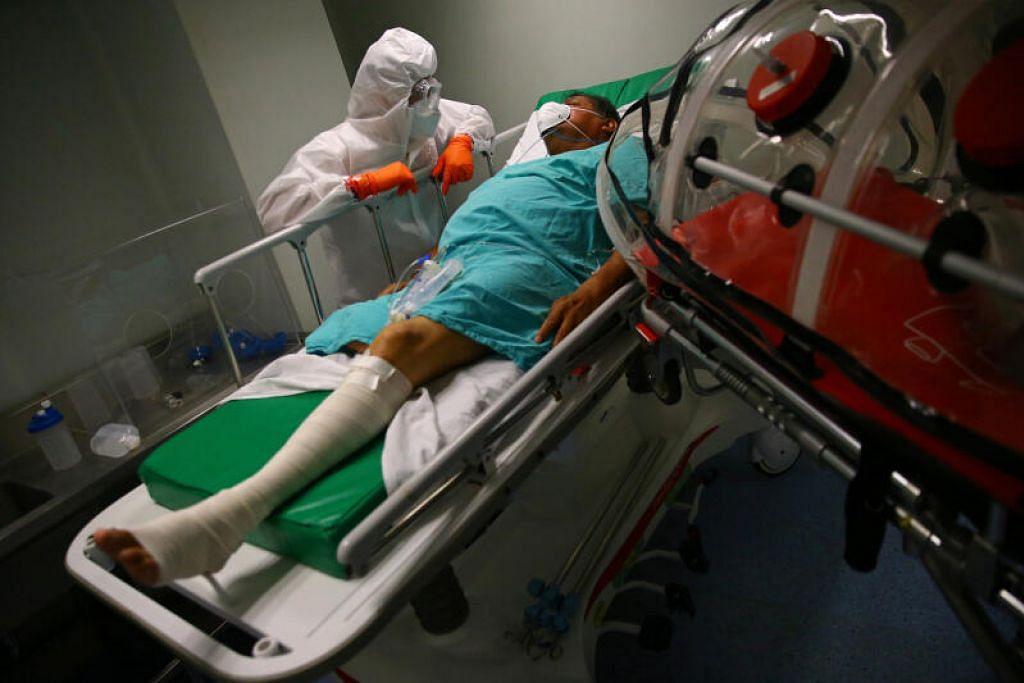 JANGKITAN VIRUS: Angka rasmi kematian akibat jangkitan koronavirus di Mexico meningkat kepada 14,053, semalam berbanding 13,699 pada hari Ahad (7 Jun). Kelihatan seorang lelaki Mexico, yang merupakan pesakit koronavirus dan juga menghidap kencing manis, Luis, 62 tahun, berbaring di tempat tidurnya ketika paramedik Palang Merah bersiap untuk memindahkannya menggunakan kapsul dari hospital ke hospital lain di Mexico City, Mexico, semalam.