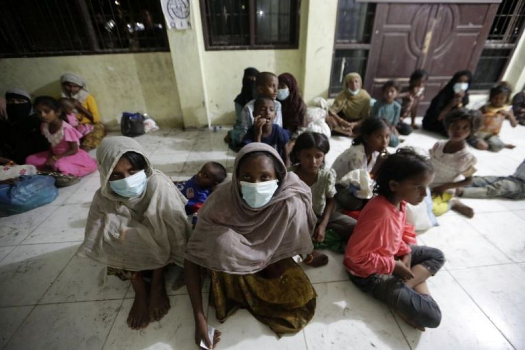 Pelarian Rohingya berehat di tempat perlindungan sementara di pantai Lancok, Aceh Utara, Indonesia, pada 25 Jun 2020.