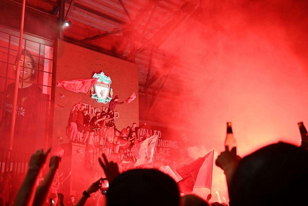 BERSEMARAK: Kawasan luar stadium Anfield Liverpool bermandi cahaya merah semalam apabila penyokong kelab tersebut merai kejayaannya menjuarai EPL selepas kemarau panjang 30 tahun. – Foto AFP