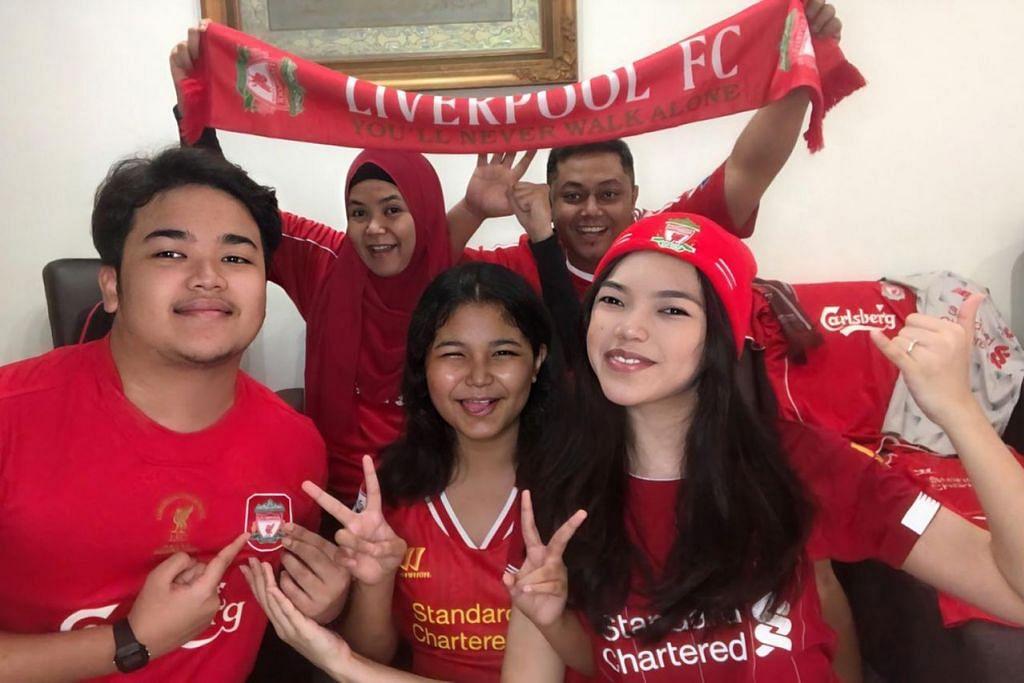 LUAR BIASA: Peminat tegar Liverpool Ifa Shaniz (kanan) bersama keluarganya meraikan kejuaraan EPL pertama kelab itu sejak 1990. – Foto ihsan IFA SHANIZ ABDUL JALIL