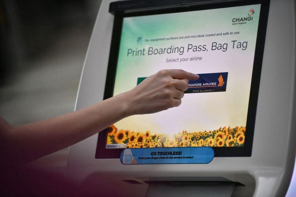 Sensor infrared yang dilengkapkan di kiosk lapangan terbang akan membolehkan penumpang untuk membuat pilihan serta memenuhi butiran perjalanan mereka dengan menunjukkan jari mereka berdekatan dengan skrin tanpa menyentuhinya. - FOTO: ARIFFIN JAMAR