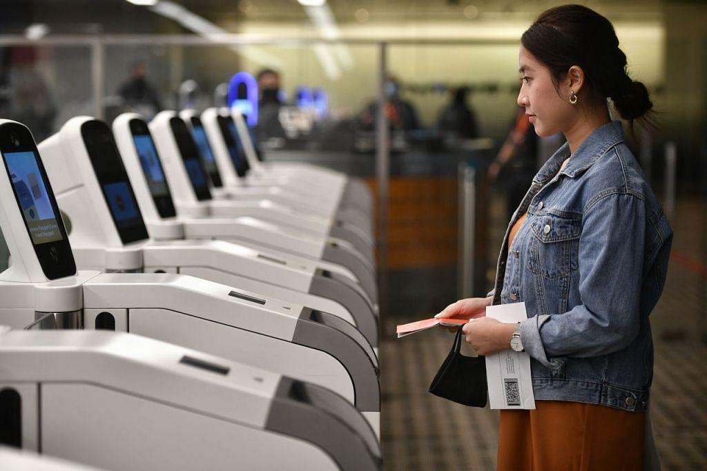 Laluan imigresen automatik di Lapangan Terbang Changi akan dilengkapkan sistem biometrik yang menggunakan teknologi pengenalan mata dan muka sebagai cara utama untuk mengesahkan identiti setiap individu. - FOTO: ARIFFIN JAMAR