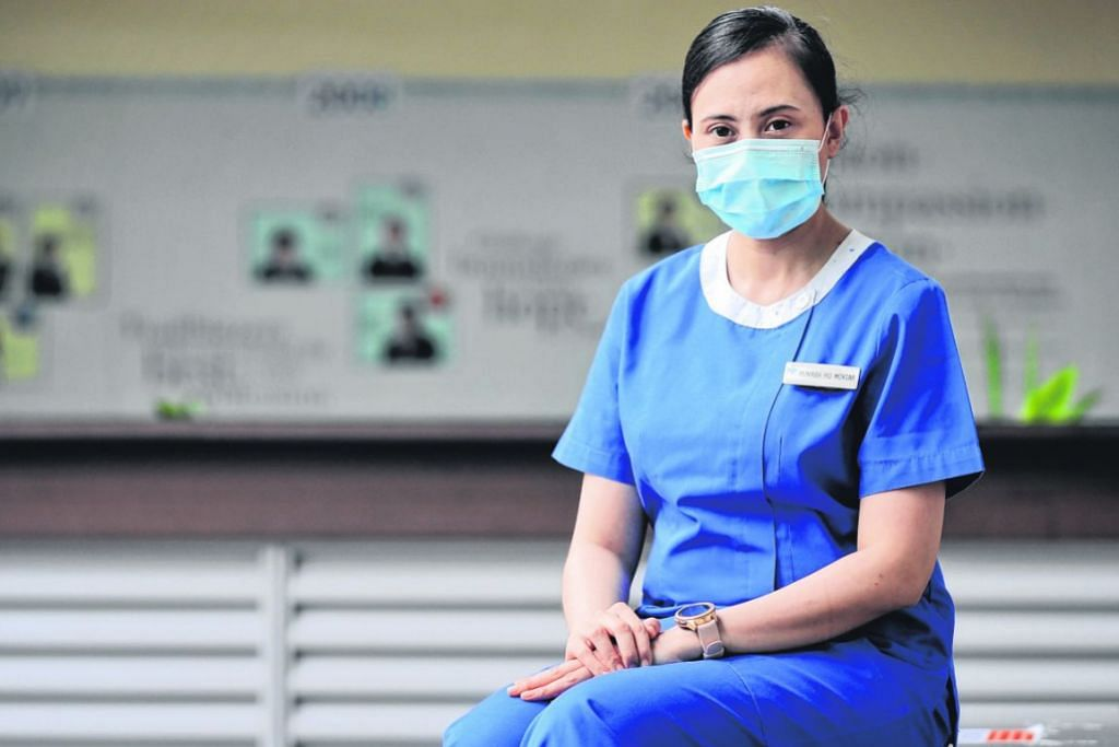 TERPAUT DENGAN TUGAS: Cik Munirah berkata beliau ingin menjadi contoh yang baik kepada jururawat lain. Beliau antara pemenang Anugerah Merit Jururawat tahun ini. - Foto BH oleh GAVIN FOO