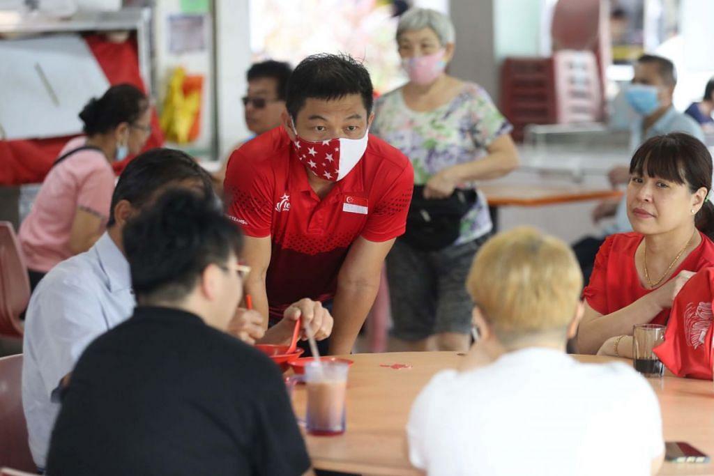 DENGAR KOMEN PENDUDUK: Encik Tan Chuan-Jin yang memimpin pasukan Parti Tindakan Rakyat (PAP) di GRC Marine Parade bertemu penduduk di Ubi Ave 1 pagi semalam. Pasukan PAP mengalahkan pasukan Parti Pekerja (WP) di sana dengan memperolehi  57.76 peratus undi. - Foto ZAOBAO