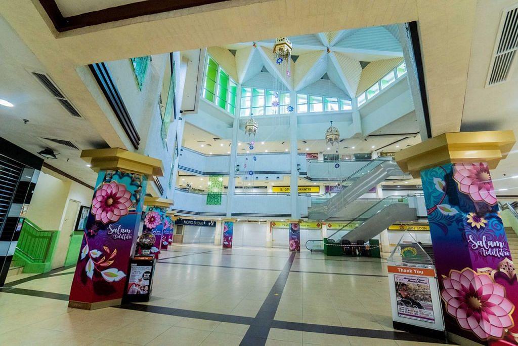 NIAGA SEPI: Kedai-kedai di Joo Chiat Complex ditutup menjelang Hari Raya yang lalu semasa tempoh pemutus rantaian jangkitan Covid-19. Penutupan banyak perniagaan telah menjejas ekonomi pada suku kedua. – Foto BH oleh NUR DIYANA TAHA