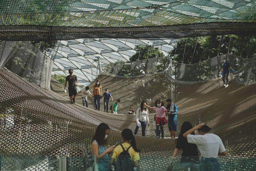 Memastikan jarak anda -Foto TED CHEN, JEWEL CHANGI AIRPORT
