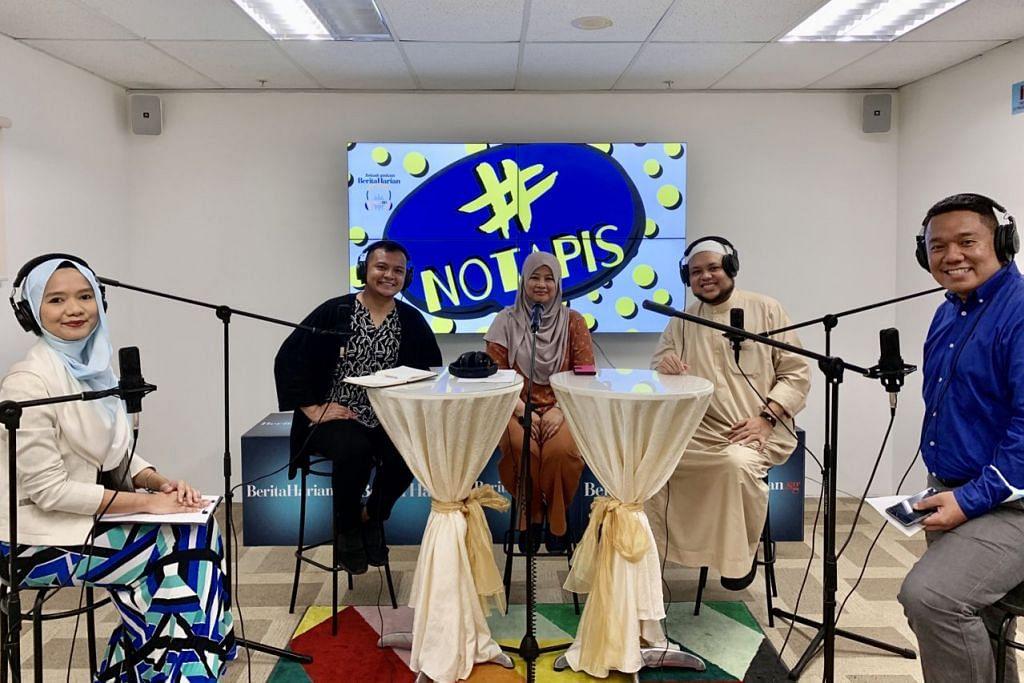 BINCANG SOAL 'MALAYNIAL': Panelis undangan bagi siri podcast #NoTapis (bermula dua dari kiri): Pereka tari, Encik Muhammad Noramin Mohamed Farid; Pengurus Kanan, Persatuan Persuratan Pemuda Pemudi Melayu (4PM), Cik Zainon Haron; dan, Ketua Pegawai Eksekutif (CEO) Forum Belia Islam (MYF), Ustaz Muhammad Zahid Mohd Zin; bersama-sama wartawan Shahidah Sarhid (kiri) dan Chairul Fahmy Hussaini (paling kanan), menghoskan sesi perbincangan tentang aspirasi, cabaran dan harapan generasi muda hari ini. - Foto BM oleh SITI AISYAH NORDIN