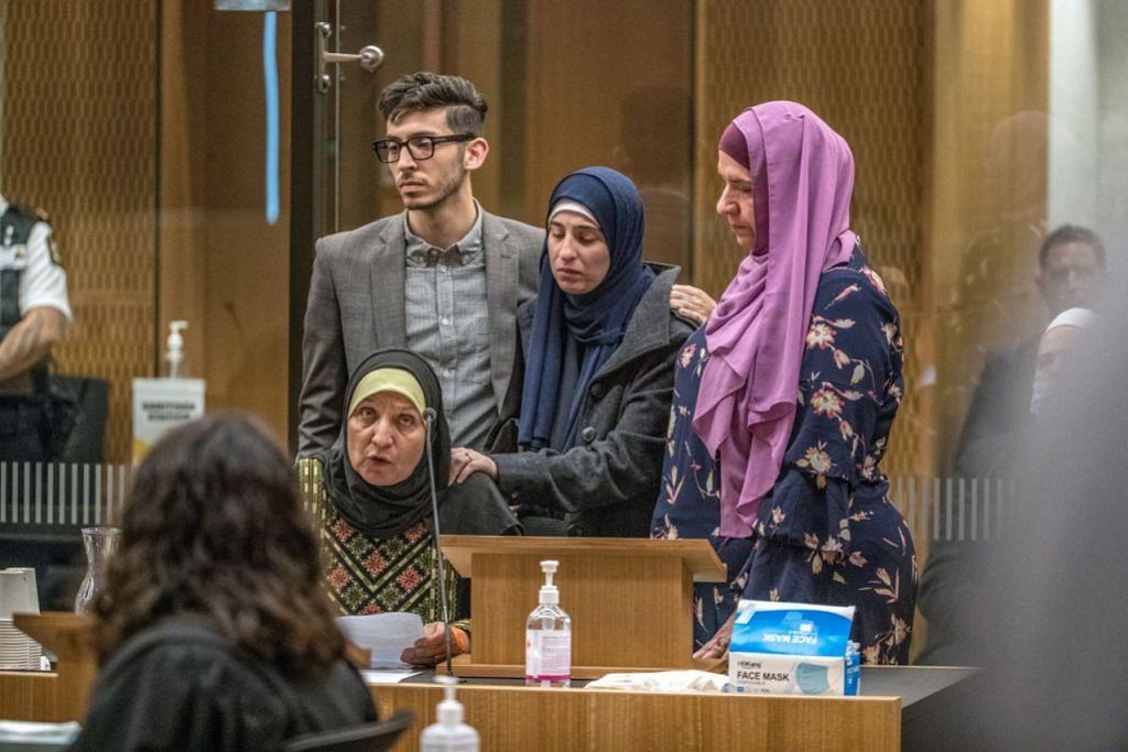 HADIR SIDANG MAHKAMAH: Beberapa anggota keluarga mangsa tragedi tembakan 2019 kelihatan hadir di Mahkamah Tinggi Christchurch semasa sidang perbicaraan ke atas pelampau kulit putih Brenton Tarrant, yang menembak mati 51 orang di dua masjid di Christchurch. - Foto AFP