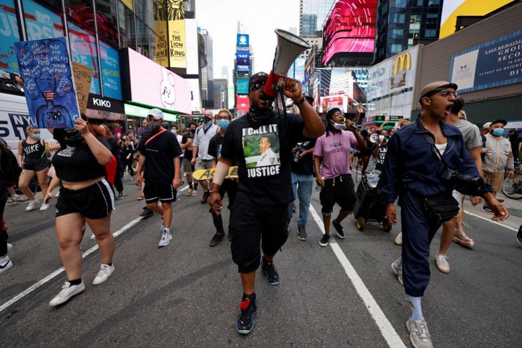 TUNJUK PERASAAN: Penunjuk perasaan mendesak kesetaraan antara kaum ketika mereka berjalan melalui Times Square di Manhattan menyusuli kes tembakan ke atas Encik Blake di Kenosha Ahad lalu. - Foto REUTERS
