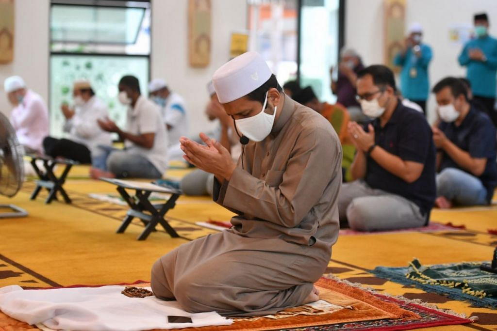 Mufti Dr Nazirudin memimpin jemaah bagi solat Jumaat di Masjid Mujahidin pada 28 Ogos 2020. Muis mengumumkan tambahan bagi tempat solat di masjid-masjid setempat mulai 4 September pada hari yang sama.