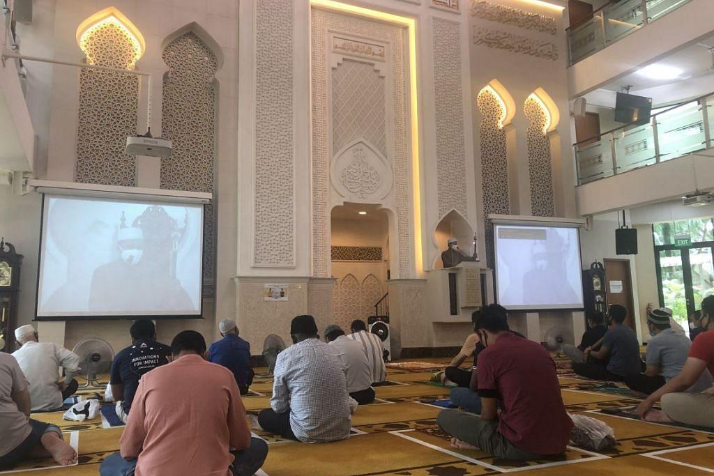 Jemaah di Masjid Mujahidin di Sterling Road, sejurus sebelum solat Jumaat pada 28 Ogos. Majlis Ugama Islam Singapura mengumumkan pada hari tersebut bahawa lagi 20 masjid akan dibenar menawarkan 100 tempat solat Jumaat bermula 4 September.