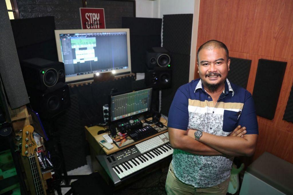 MUZIK WADAH DEKATI BAKAT BARU: Encik Ghazali Sawi, yang mesra dengan panggilan Abang Bobb, membangun studio Guzzbuzz Productions yang menyediakan khidmat mengadun dan menyusun semula lagu, gembira dapat berkongsi ilmu dengan bakat muda. - Foto BH oleh TIMOTHY DAVID