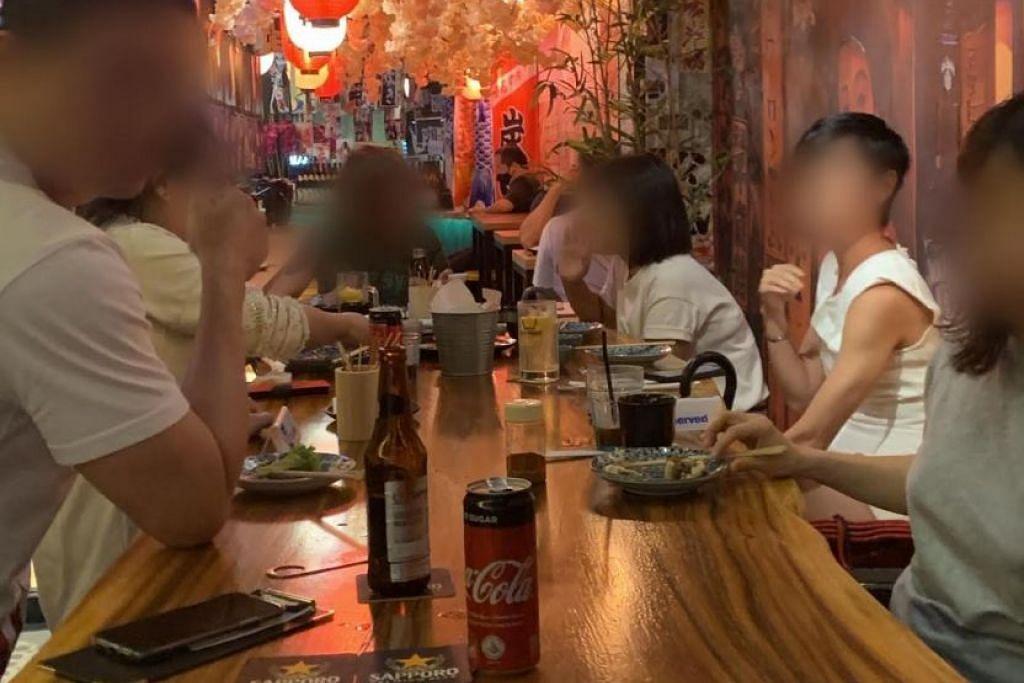 Sekumpulan enam pelanggan duduk bersama di sebuah kedai F&B di Boat Quay pada 12 September 2020.