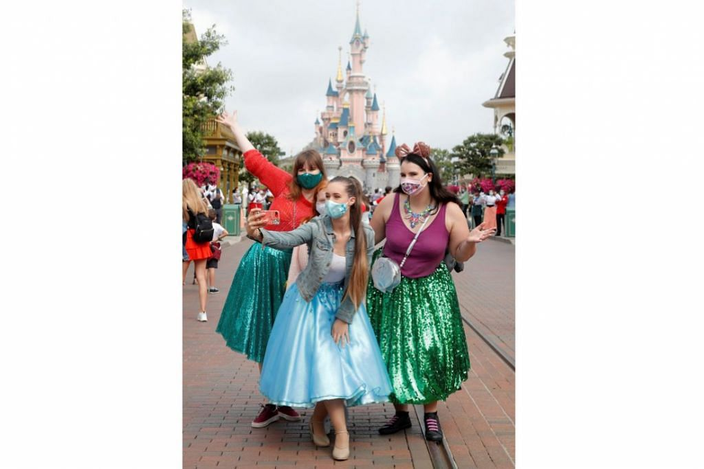 BERHIBUR HATI: Sekumpulan pengunjung pertama mengunjungi taman tema Disneyland Paris pada 15 Julai lalu apabila pintunya dibuka di Marne-la-Vallee, berdekatan Paris, Perancis. - Foto: REUTERS