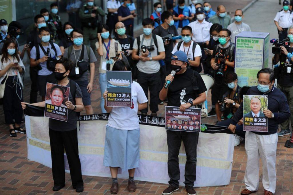 KUMPULAN KECIL: Hanya sebilangan kecil penduduk Hong Kong dilihat melakukan bantahan semalam, sedang wilayah khas itu menyambut Hari Kebangsaan China yang ke-71. - Foto AFP