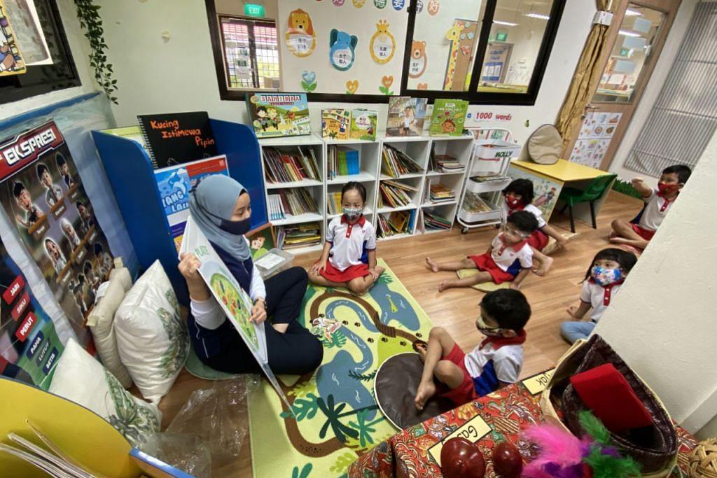 KEGIATAN DI KELAS: Guru prasekolah PCF Sparkletots@Tampines Changkat, Cik Nur Hazirah Ridzuan membimbing murid-muridnya mempelajari bahasa Melayu. - Foto BH oleh LIM YAOHUI