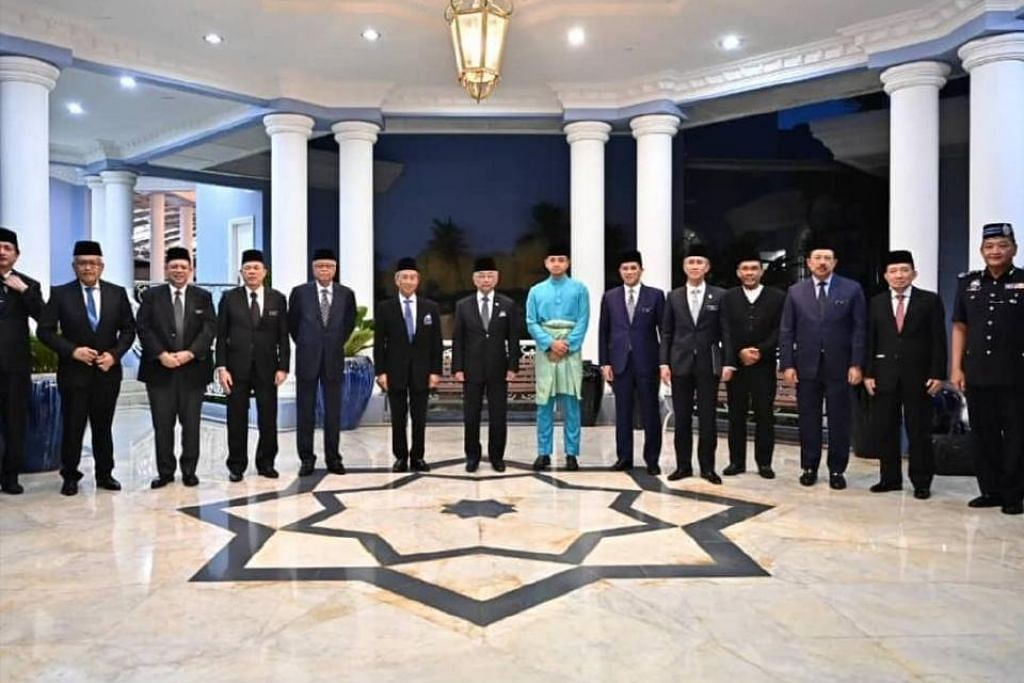 BAKAL BERUNDING DENGAN RAJA-RAJA MELAYU: Yang di-Pertuan Agong, Al-Sultan Abdullah Ri'ayatuddin Al-Mustafa Billah Shah (tujuh dari kiri) bergambar bersama Perdana Menteri, Tan Sri Muhyiddin Yassin dan anggota Kabinet dalam pertemuan di Istana Abdul Aziz, Kuantan, pada Jumaat (23 Oktober). - Foto BERITA HARIAN MALAYSIA