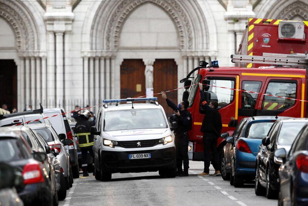 JALANAN DIKAWAL RAPI: Beberapa pegawai polis Perancis mengawal rapi beberapa jalanan di pintu masuk gereja Notre Dame Basilica menyusuli serangan pisau yang mengorbankan tiga nyawa. - Foto EPA-EFE