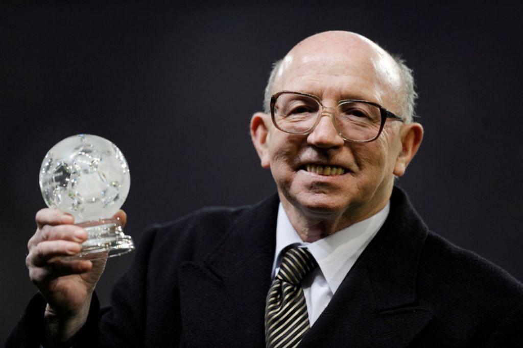 Nobby Stiles ketika menerima anugerah pada 29 Disember 2008 di Old Trafford. - Foto AFP, REUTERS
